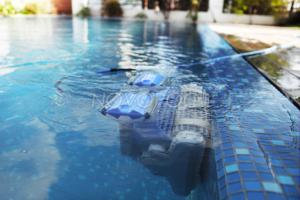 m4 w basenie 3, novopool, odkurzacze basenowe, robot basenowy, odkurzacz do basenu, odkurzacz dolphim m4